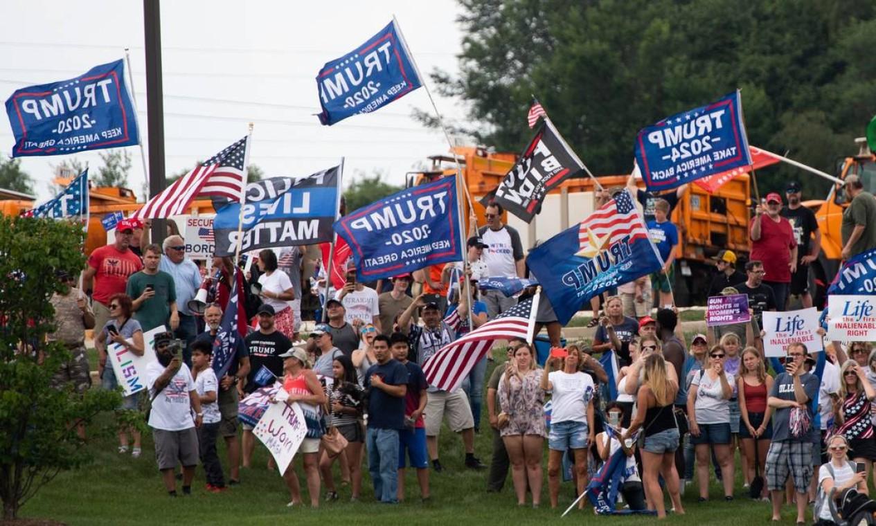 Apoiadores do ex-presidente dos EUA Donald Trump protestam diante de uma visita do presidente dos EUA, Joe Biden, ao McHenry County College em Crystal Lake, Illinois Foto: SAUL LOEB / AFP