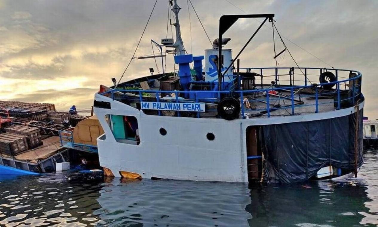 Navio de carga M / V Palawan Pearl nalfraga depois de colidir com uma draga na Baía de Manila, Filipinas Foto: Philippine Coast Guard / via REUTERS