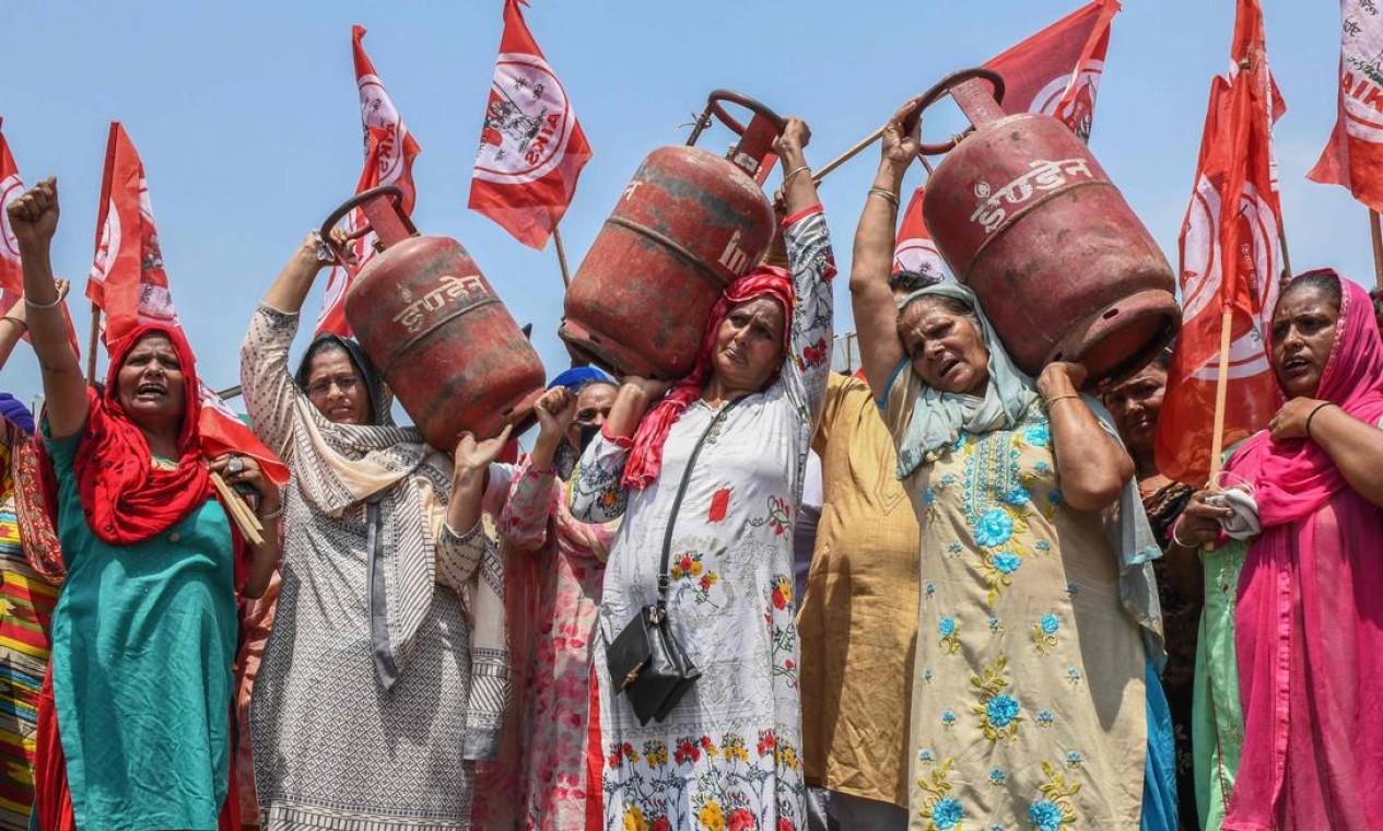 Ativistas seguram cilindros de GLP (Gás de Petróleo Liquefeito) em protesto contra o aumento nos preços da gasolina, diesel e gás de cozinha em Amritsar, na Índia Foto: NARINDER NANU / AFP