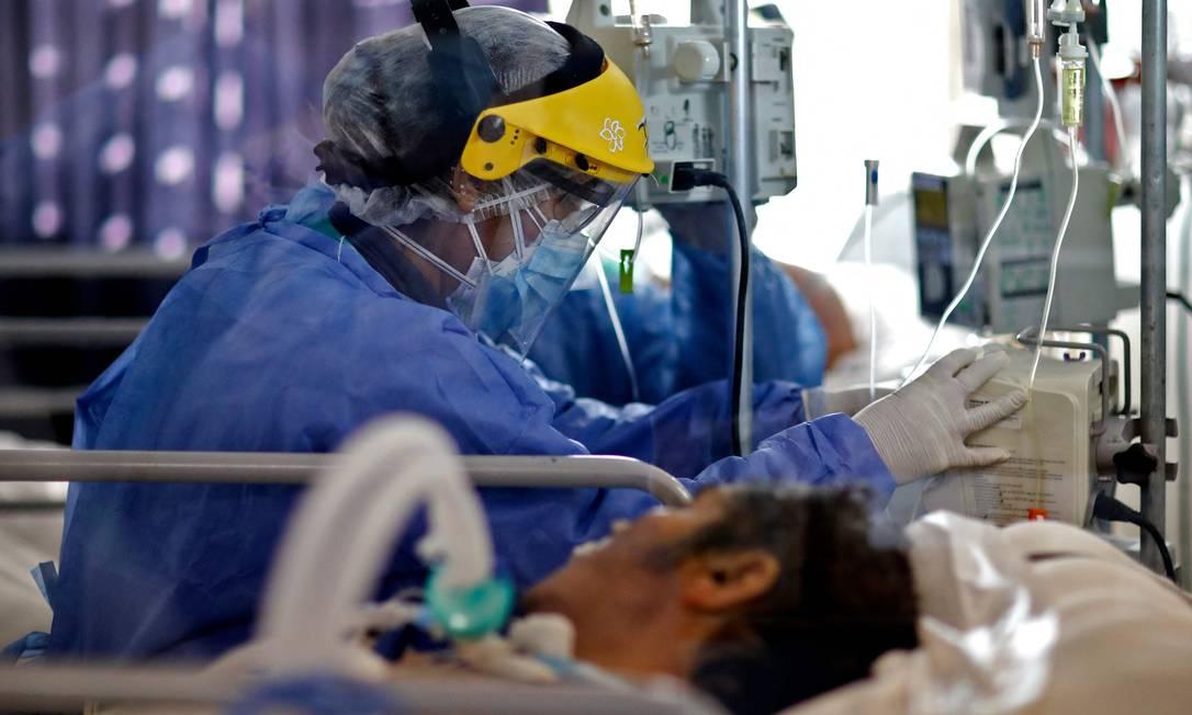 Profissional de saúde acompanha paciente com Covid-19 em UTI na Argentina, em julho de 2021 Foto: NICOLAS AGUILERA / AFP