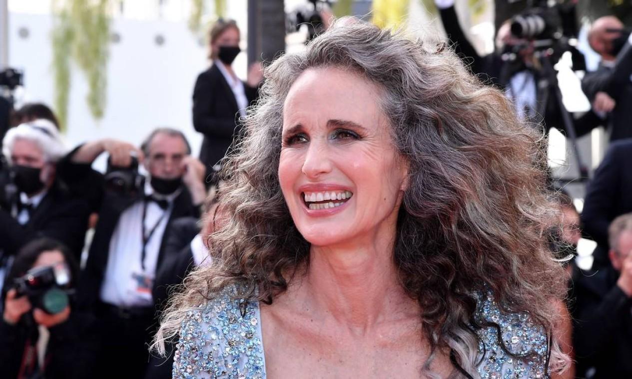 Com os cabelo grisalhos, Andie MacDowell é a sensação da edição deste ano do Festival de Cannes. Aos 63 anos, a atriz americana vem parando o tapete vermelho toda vez que aparece. Em entrevista recente, aliás, ela se definiu como uma raposa prateada Foto: Stephane Cardinale - Corbis / Corbis via Getty Images