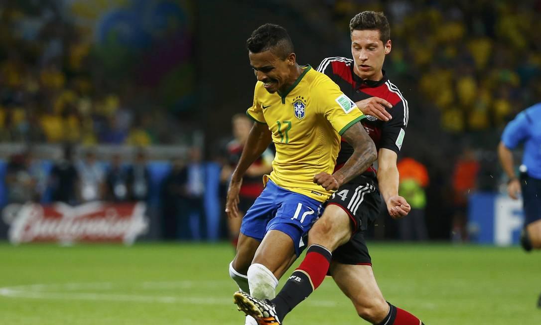 Atleta do Wolfsburg na Copa do Mundo do Brasil, o volante hoje tem de 33 anos. Desde que Tite assumiu, ele não foi mais convocado para a seleção Foto: DAMIR SAGOLJ / Agência O Globo