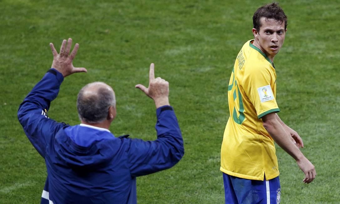Bernard era o jogador mais novo do elenco da seleção brasileira em 2014. Ele foi o escolhido de Felipão para substituir Neymar, machucado, contra a Alemanha. Na época, era atleta do Shakhtar Donetsk Foto: DAVID GRAY / Agência O Globo