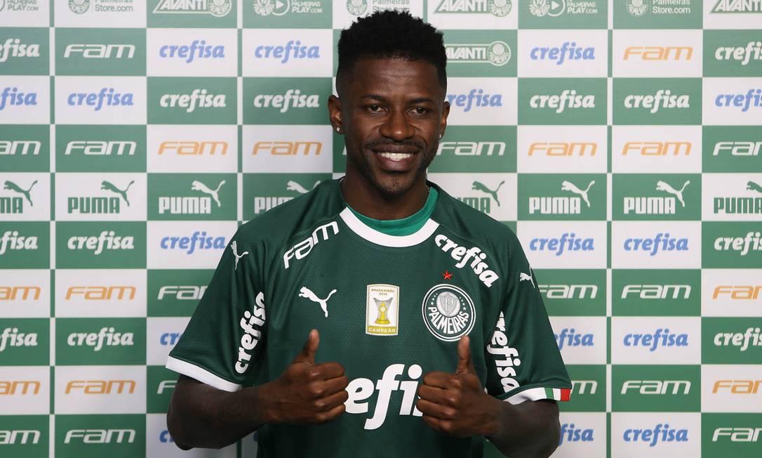 O jogador Ramires é apresentado como o mais novo jogador da SE Palmeiras, antes do treinamento, na Academia de Futebol. Foto: Cesar Greco / Agência O Globo