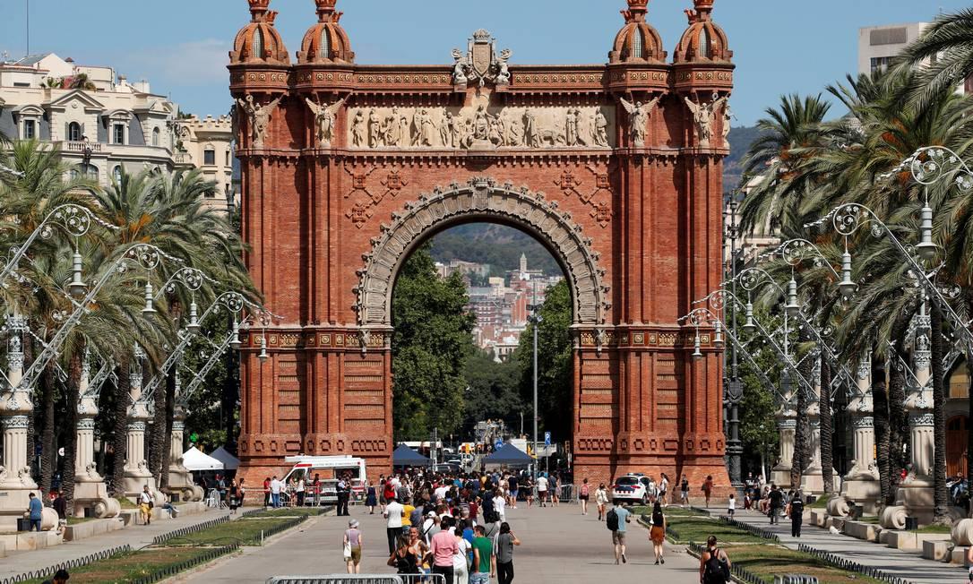 Pessoas fazem fila para serem em vacinadas no Arco do Triumfo de Barcelona; Catalunha teve que adotar medidas de restrições por causa de infecções entre jovens não vacinados Foto: ALBERT GEA / REUTERS