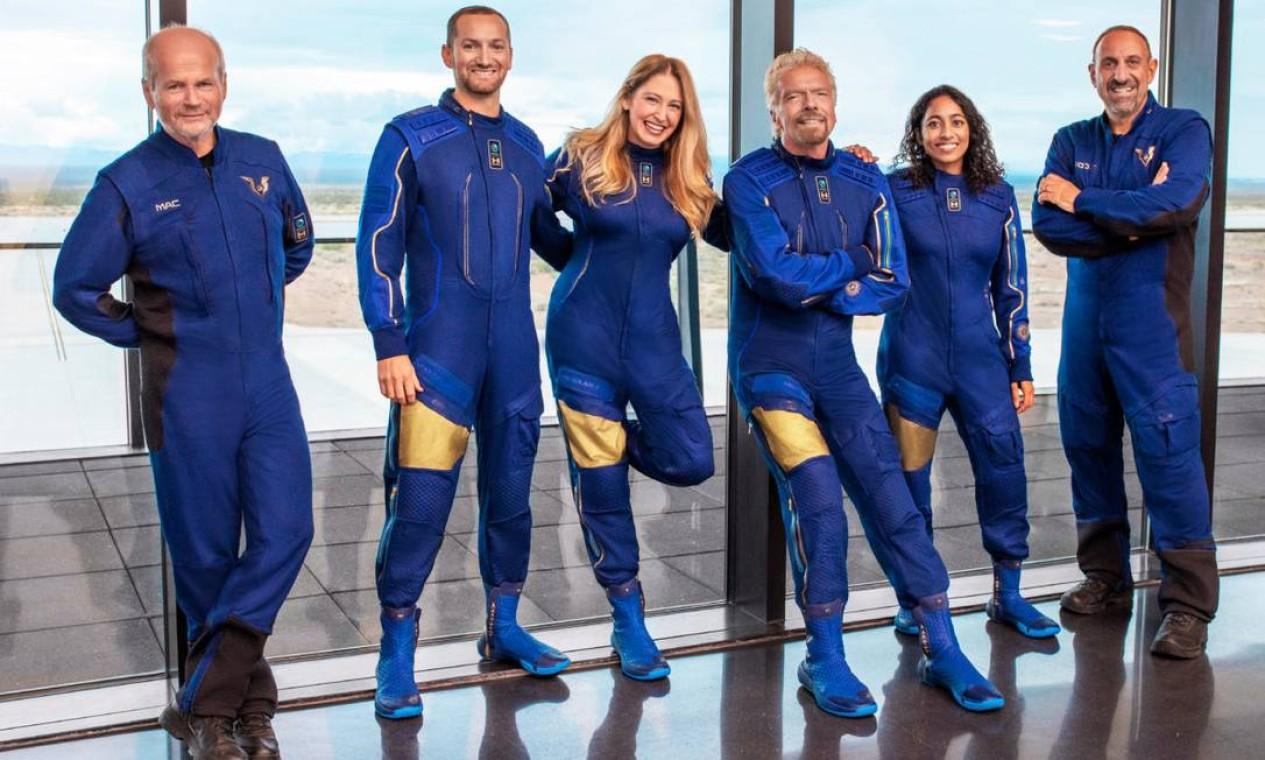 Richard Branson (no centro), entre os funcionários da Virgin Galactic que embarcaram na primeira viagem como passageiros de sua nave VSS Unity Foto: Virgin Galactic / Divulgação