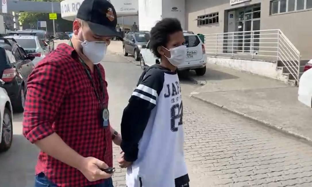Policial leva para delegacia mulher após morte da filha de 4 anos na UPA da Rocinha Foto: Reprodução