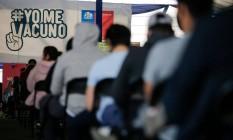 Pessoas esperam para ser vacinas contra Covid-19 em Santiago, Chile Foto: JAVIER TORRES / AFP/03-07-2021