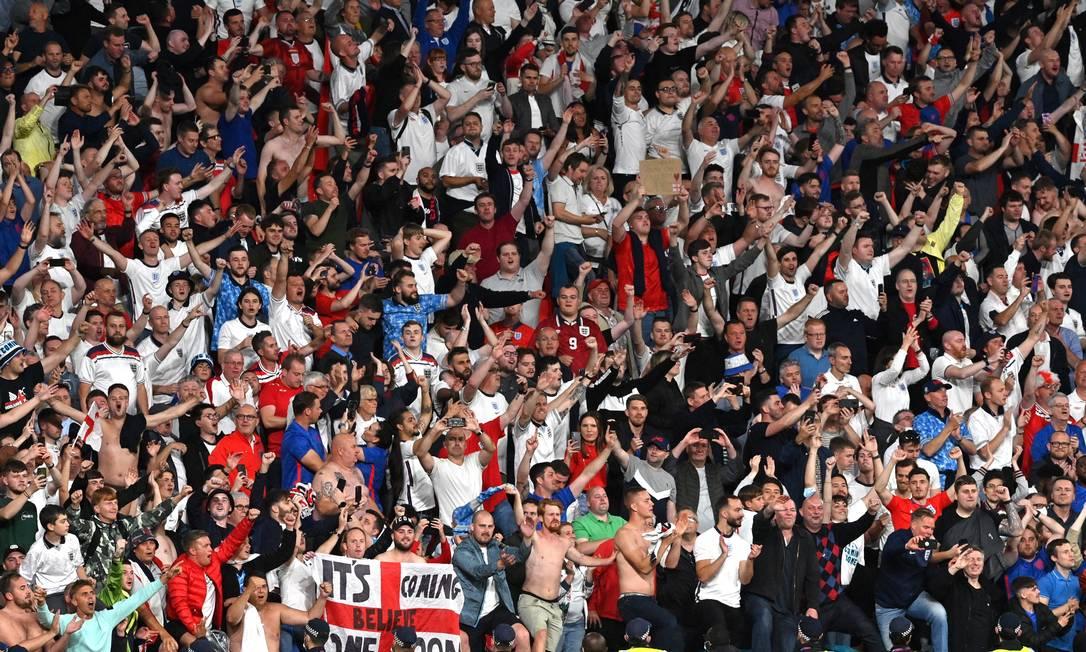 Sem máscaras e aglomerados, ingleses festejam classificação à final da Euro: estádio de Wembley recebeu quase 65 mil pessoas na semifinal Foto: JUSTIN TALLIS / REUTERS