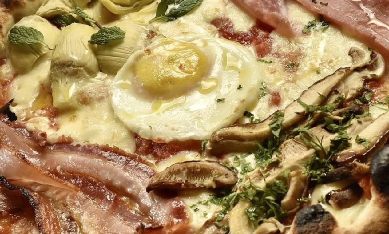 Capricciosa. A que leva o nome da pizzaria tem ovo, bacon, alcachofra, presunto e funghi: R$ 58, a individual. Telefone 99589-2996 e iFood Foto: Divulgação/Bruno de Lima