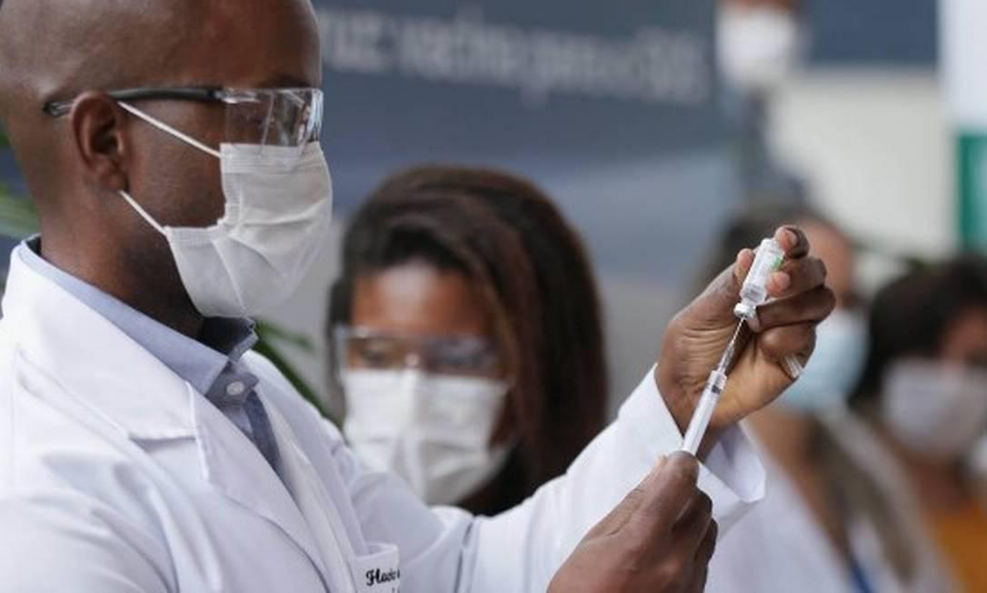 Vacina AstraZeneca/Oxford é aplicada na sede da Fiocruz, em Manguinhos, no Rio Foto: Cleber Junior