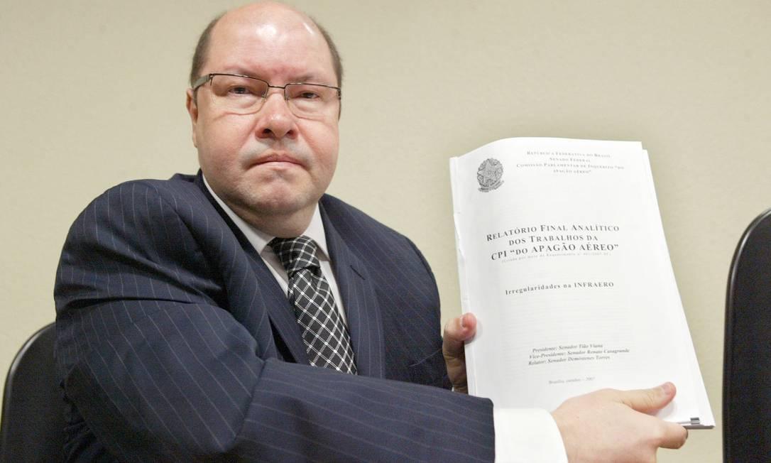 O ex-senador Demóstenes Torres com seu relatório na Comissão do Apagão Aéreo Foto: Arquivo 31-10-2007 / Ailton de Freitas
