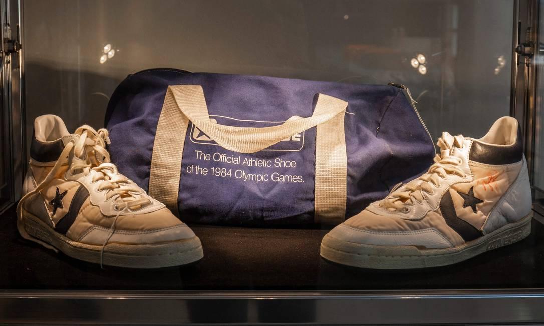 Par de sapatos Converse Fastbreak assinados usados por Michael Jordan durante as seletivas olímpicas de 1984 são exibidos antes do leilão em Nova York. Os sapatos devem render entre 80.000 e 100.000 dólares americanos Foto: HANDOUT / AFP