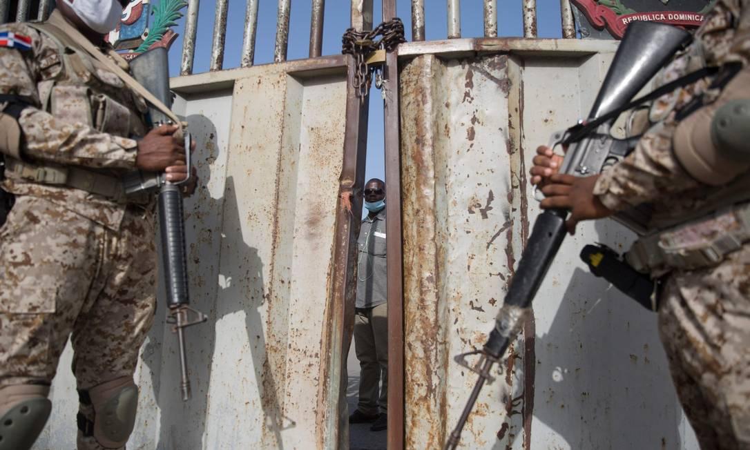 Soldados guardam a passagem de fronteira de Dajabon entre a República Dominicana e o Haiti, depois que as fronteiras foram fechadas devido ao assassinato perpetrado por um grupo armado contra o presidente do Haiti Jovenel Moise, em Dajabon, República Dominicana Foto: ERIKA SANTELICES / AFP