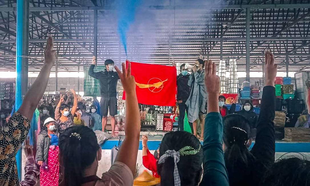 Comitê de Ataque Revolucionário da Juventude de Dawei organiza protesto contra o golpe militar em um mercado em Dawei, Mianmar Foto: HANDOUT / AFP
