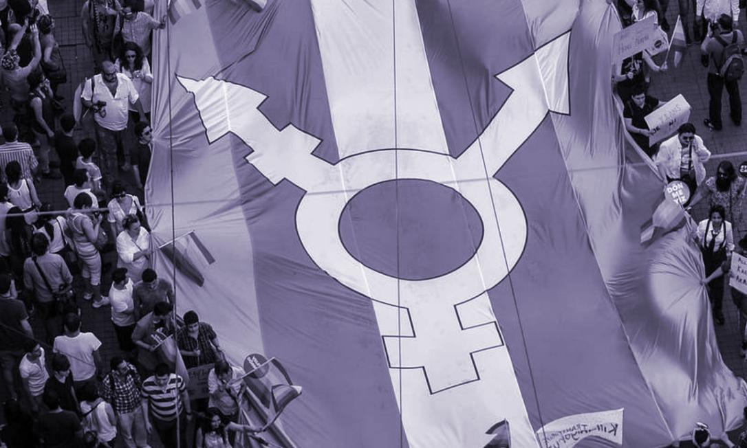 Bandeira do orgulho trans é carregada em manifestação em Istambul. Foto: AFP