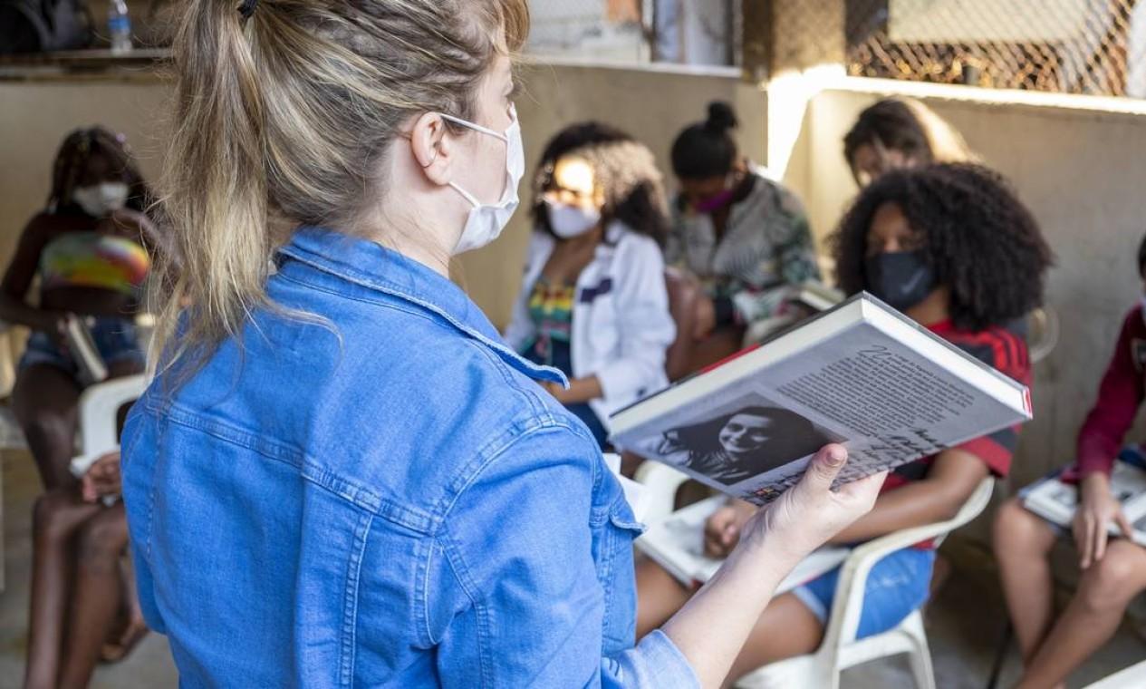 Clarissa Kahane levou 25 jovens do Morro do Borel a se debruçarem sobre o famoso diário escrito pela jovem judia durante a Segunda Guerra Foto: Sergio Greif