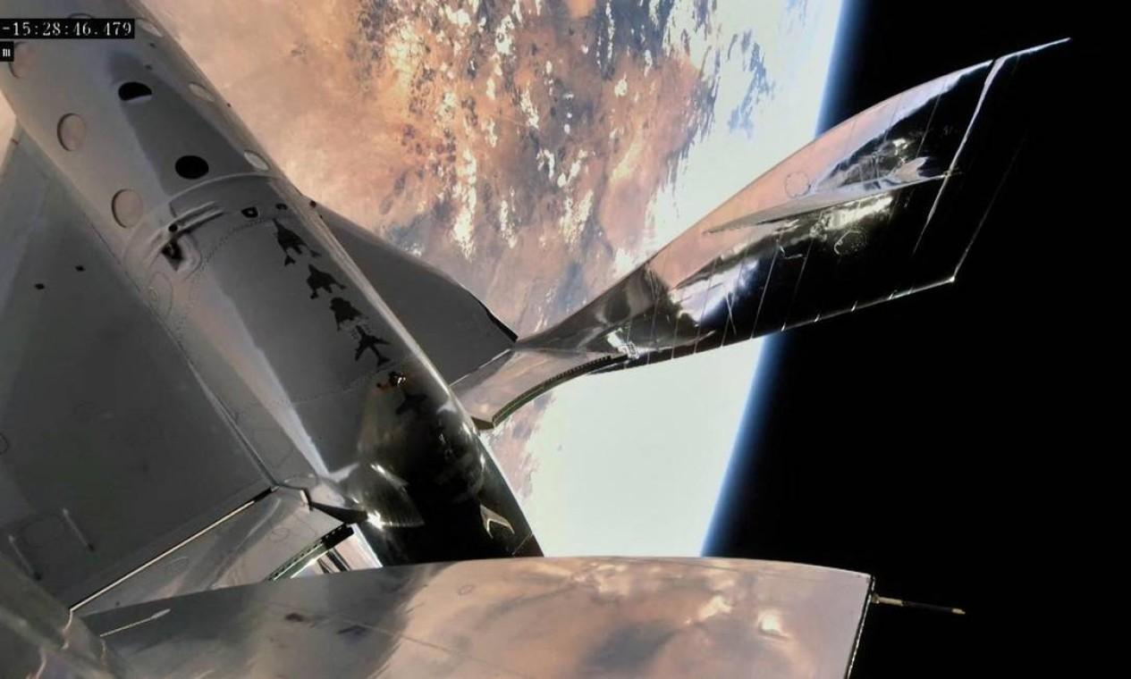 A nave espacial da Virgin Galactic retornou à Terra por meio de um sistema semelhante ao movimento de uma peteca de badmington. A nave deslizou para fazer um pouso na pista nas instalações do Spaceport America, no Novo México Foto: HANDOUT / AFP