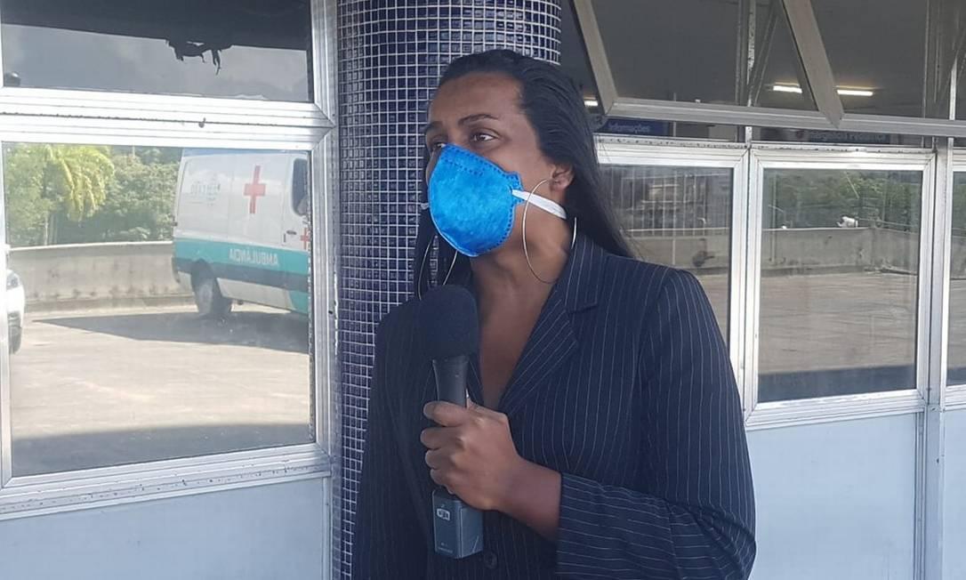 A codeputada Robeyoncé Lima foi até o Hospital da Restauração para falar com a mulher trans que teve 40% do corpo queimado Foto: Reprodução / Katherine Coutinho / G1