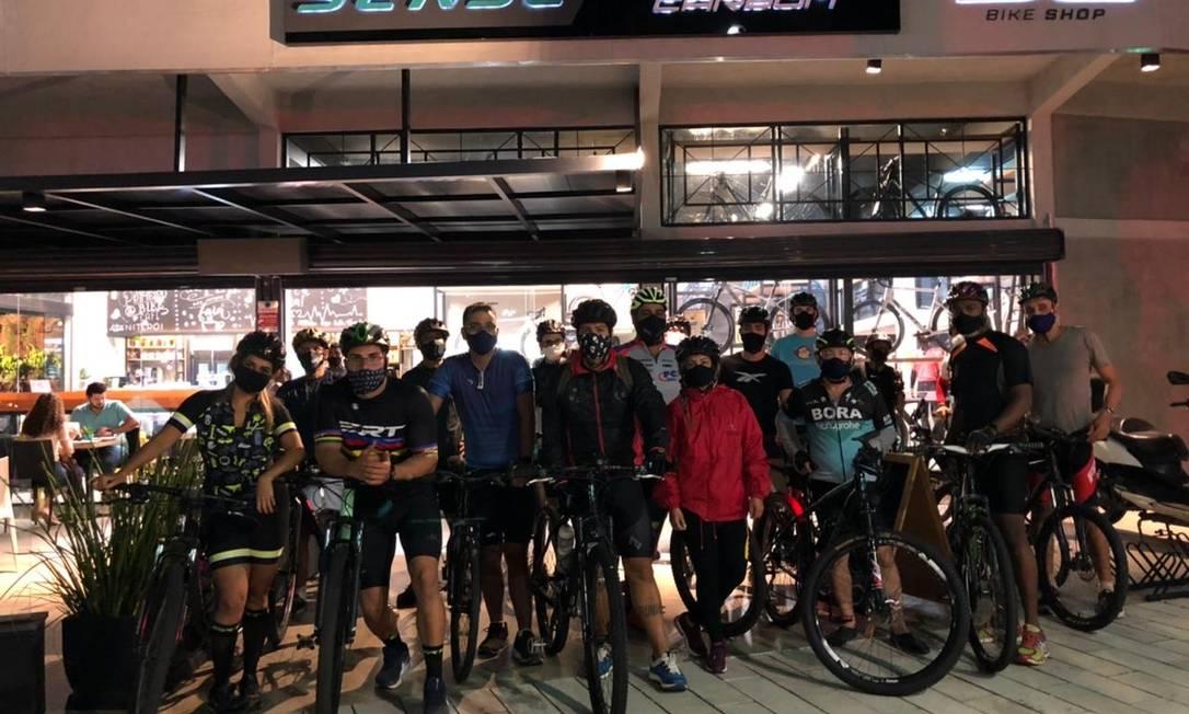 Ponto de encontro. Grupo reunido no do Fika Bike Café, no Centro, de onde saem os dois roteiros semanais Foto: Divulgação