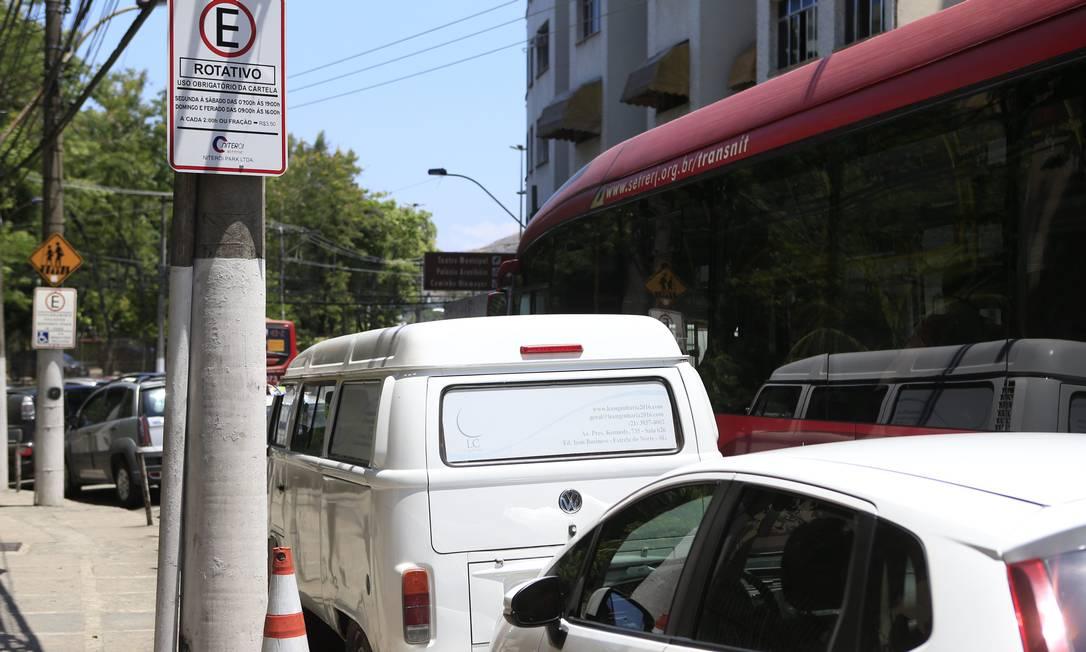 Carros estacionados em rua do Centro da cidade, onde a prensença de guardadores também é rara Foto: Agência O Globo / Roberto Moreyra