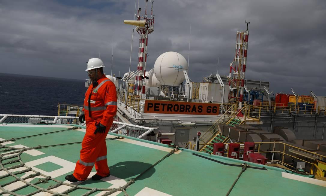Trabalhador em plataforma de petróleo da Petrobras Foto: Pilar Olivares / Reuters
