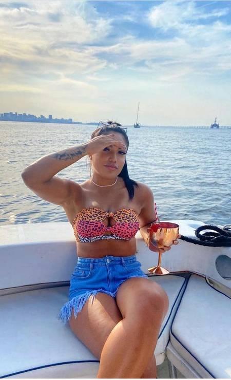 Rayane faz pose em lancha: vida de luxo e ostentação nas redes sociais Foto: Reprodução
