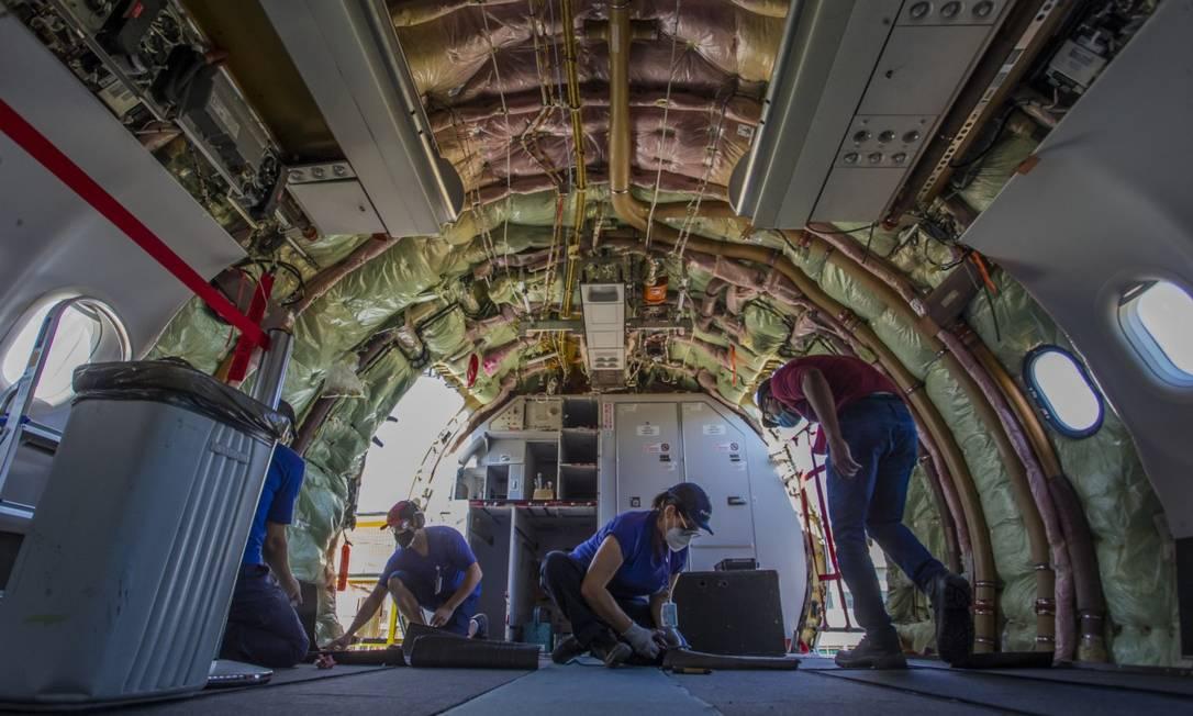 Latam investe em retrofit de aeronaves. Na imagem, modernização de grandes aviões com idade útil próxima aos 15 anos no centro de manutenção da Latam Brasil, em São Carlos. Foto: Edilson Dantas / Agência O Globo
