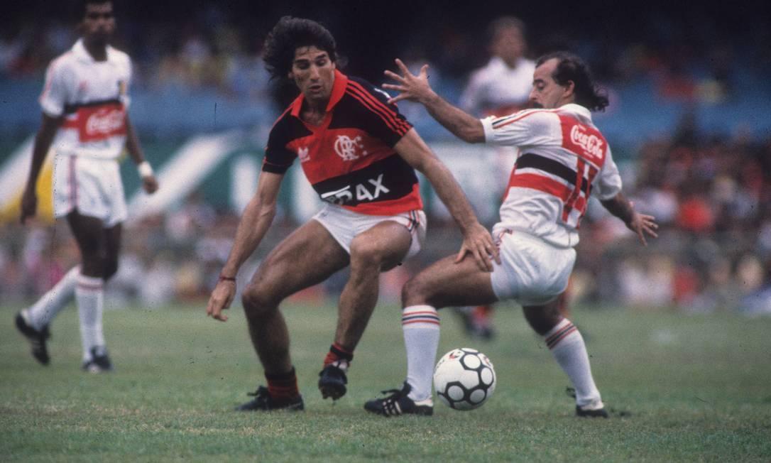 O atacante Renato Portaluppi passa por defensor do Santa Cruz, em partida válida pela Copa União de 1987. O placar: Flamengo 3 X 1 Santa Cruz Foto: Hipólito Pereira / Agência O Globo - 22/11/1987