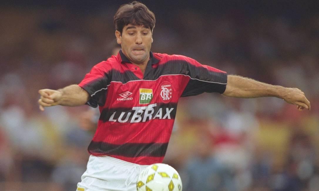 Renato Gaúcho domina bola durante partida do Brasileirão de 1997 Foto: Hipólito Pereira / Agência O Globo - 20/09/1997