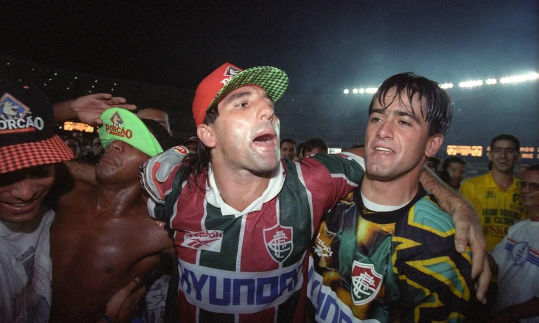Renato Gaúcho comemora com o goleiro Welerson o título estadual conquistado sobre o Flamengo com o lendário gol de barriga Foto: Arquivo / Agência O Globo - 25/06/1995