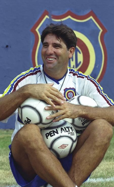 Renato Gaúcho posa com bola antes do treino do Madureira Foto: Hipólito Pereira / Agência O Globo - 26/01/2001