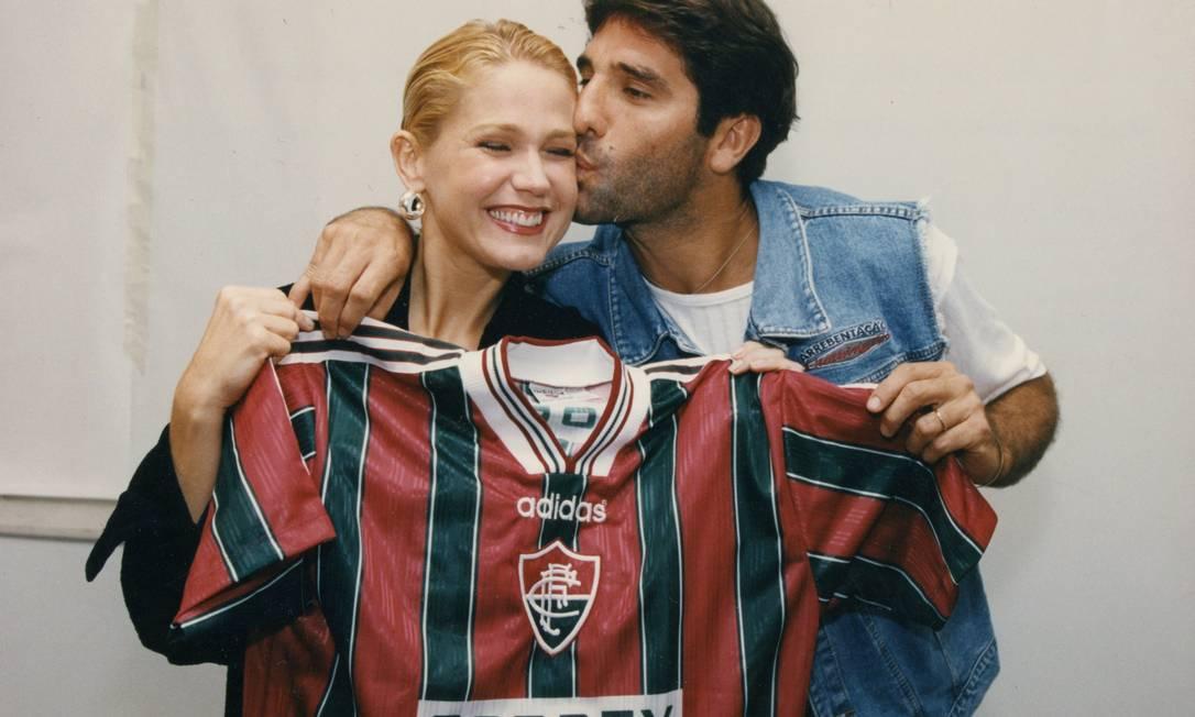 Renato Gaúcho entrega camisa do Fluminense para a apresentadora Xuxa Foto: Arquivo O Globo / Agência O Globo - 23/09/1996