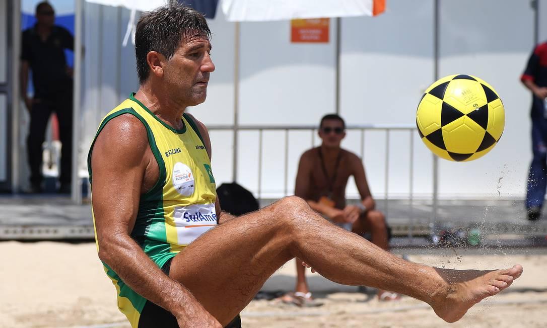 Renato Gaúcho jogou o Mundialito de Futevôlei 4x4, em 2013, realizado em Copacabana Foto: Arquivo O Globo - 08/03/2013