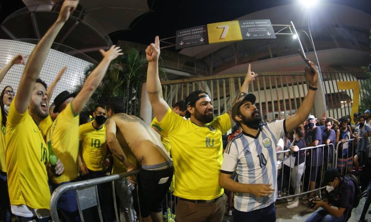 Torcedores rivais fazem selfie sem máscara de proteção antes de entrar no estádio Foto: Roberto Moreyra / Agência O Globo