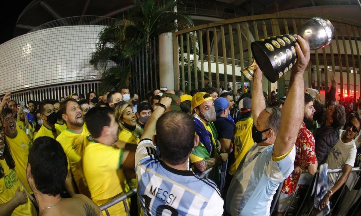 Torcidas se encontram antes de entrar no Maracanã Foto: Roberto Moreyra / Agência O Globo