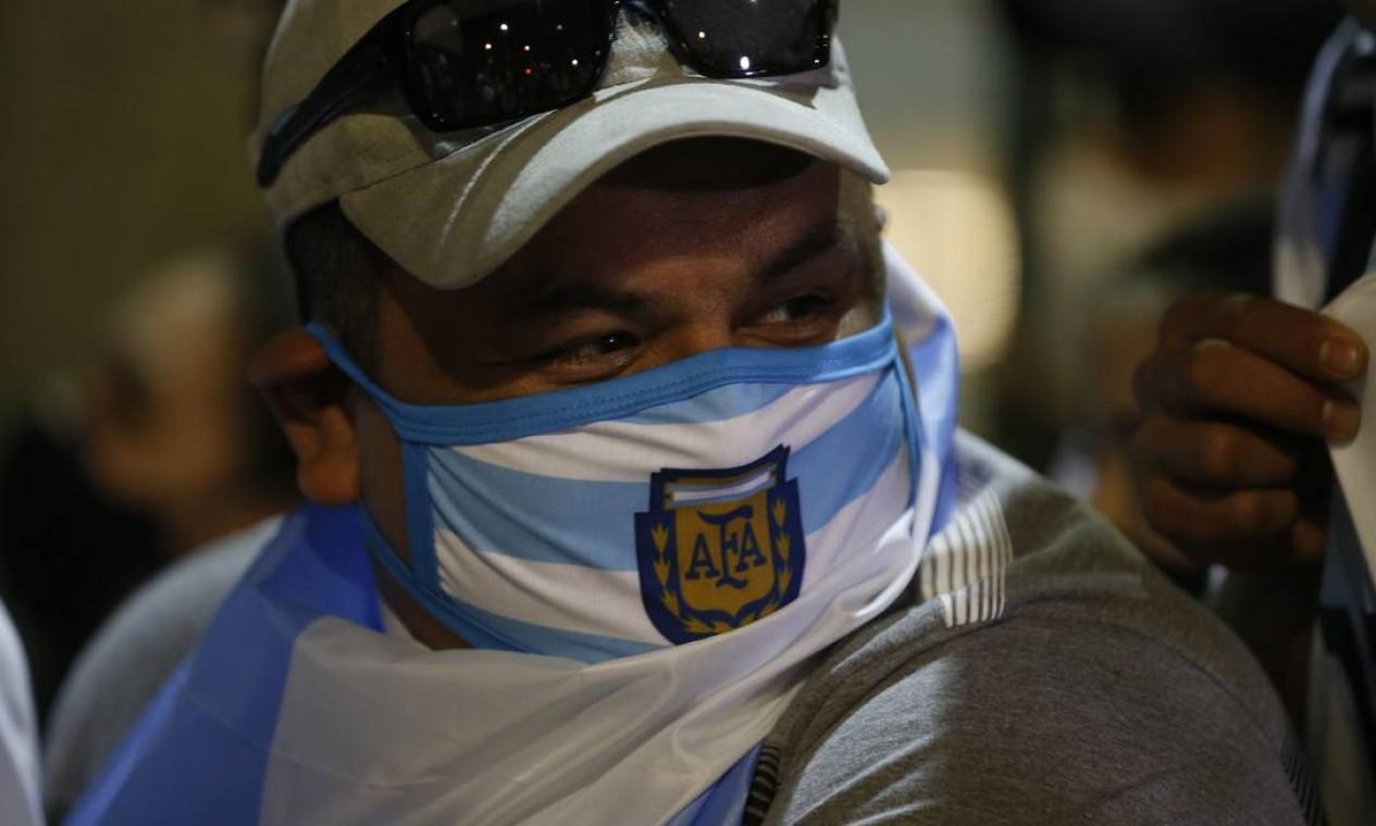 Torcedor chega ao Maracanã usando máscara de proteção da Argentina Foto: Roberto Moreyra / Agência O Globo