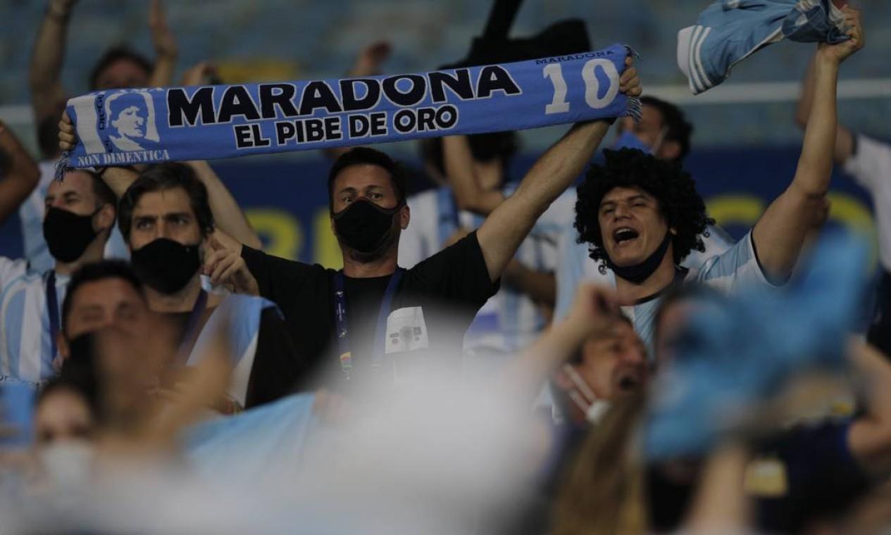 Torcedor argentino exibe faixa em homenagem à lenda do futebol Diego Maradona Foto: Agência O Globo