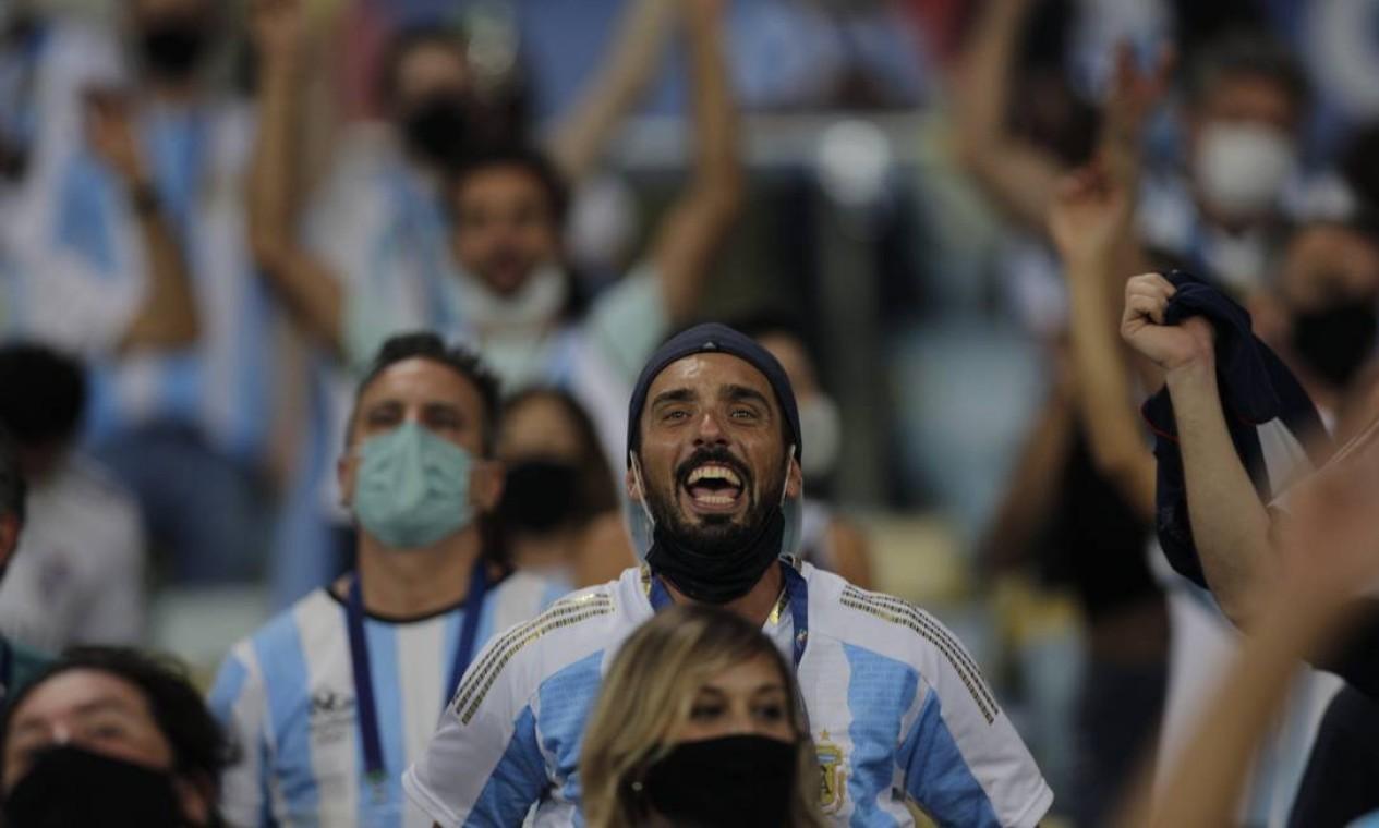 Alguns torcedores mantiveram a máscara de proteção mesmo depois de entrar no estádio Foto: Agência O Globo