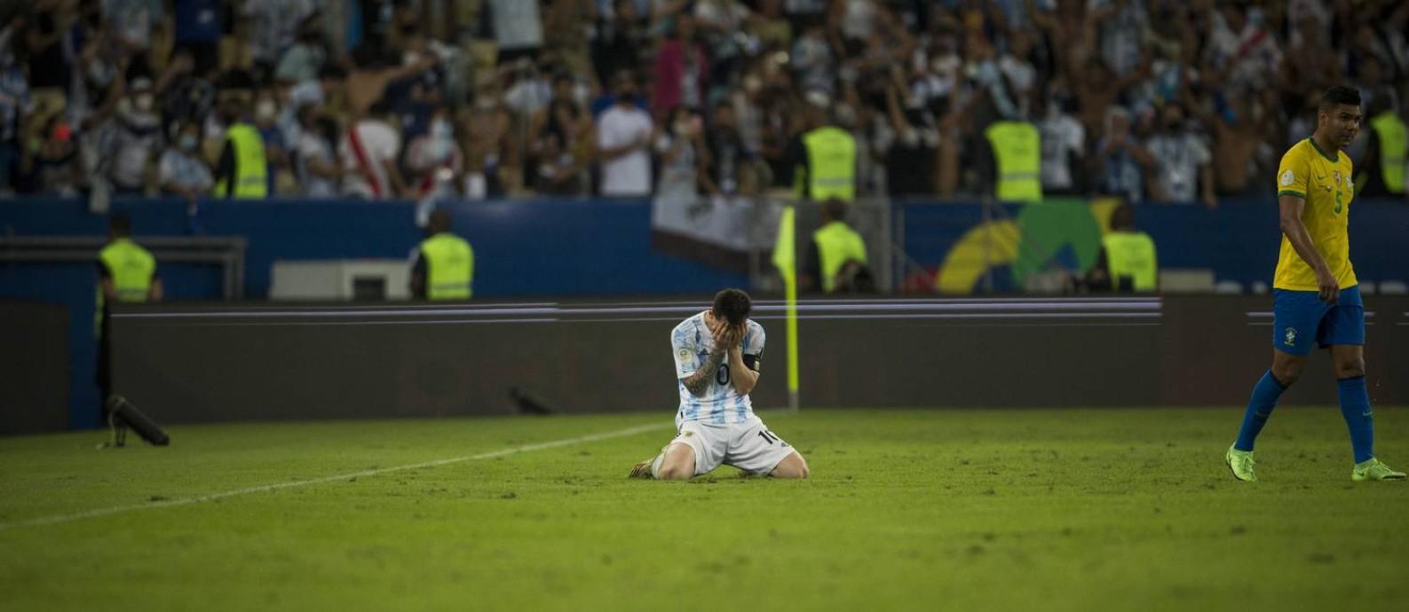 Messi comemora ajoelhado no gramado o título da Argentina Foto: Guito Moreto / Agência O Globo