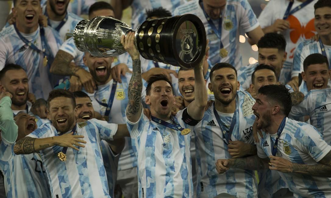 Festa argentina no Maracanã: Messi levanta a taça de campeão da Copa América Foto: Guito Moreto / Agência O Globo