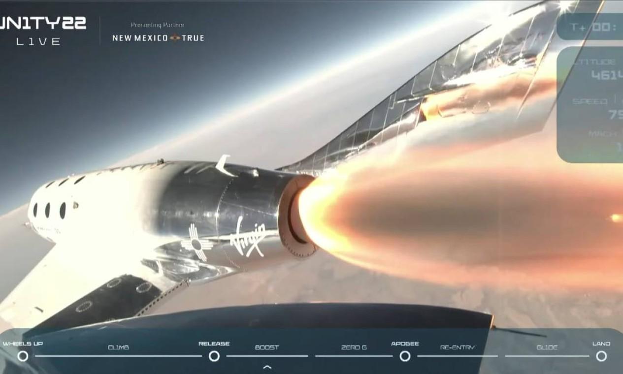 Ao atingir 15 quilômetros de altitude, a espaçonave foi liberada e impulsionada por foguetes em uma ascendência quase vertical Foto: VIRGIN GALACTIC / via REUTERS