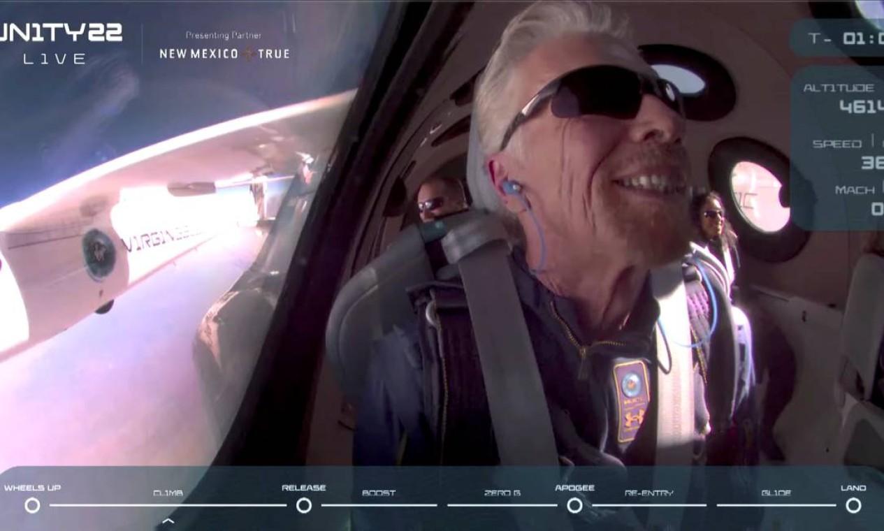 A bordo da nave VSS Unity, ao chegar no espaço, o bilionário britânico Richard Branson sorriu e comemorou o sucesso do lançamento Foto: VIRGIN GALACTIC / via REUTERS