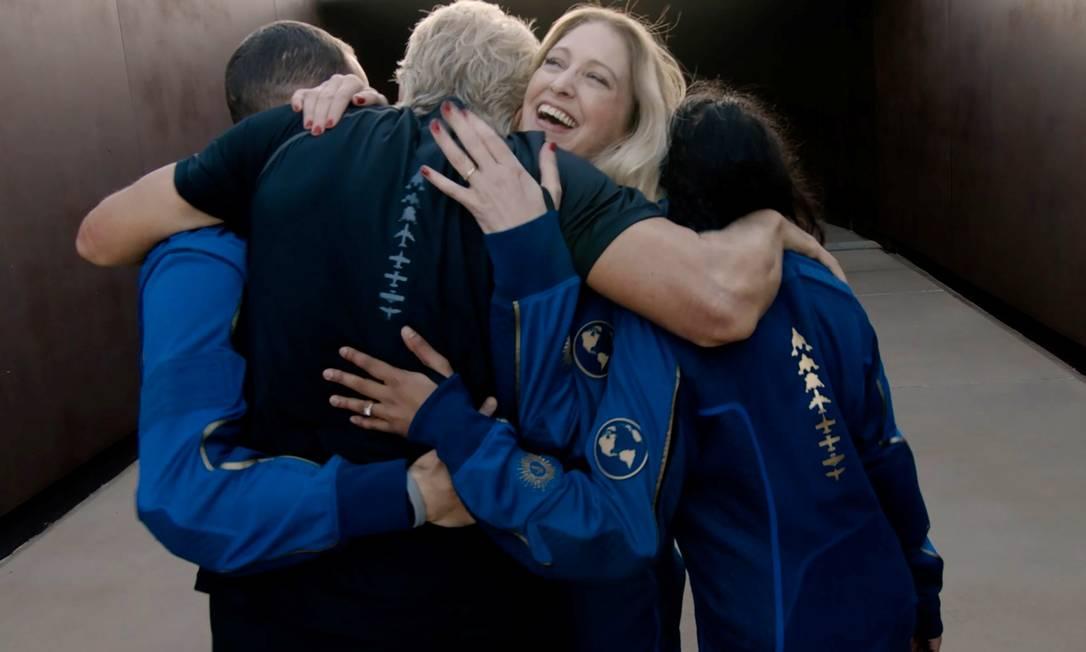 La tripulación celebró antes de su ascenso al espacio.  Foto: Virgin Galactic / vía Reuters