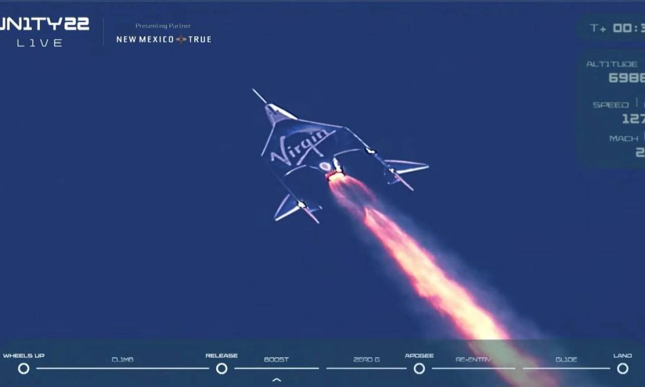 O foguete de passageiros VSS Unity da Virgin Galactic, transportando o bilionário Richard Branson e sua tripulação, começa sua ascensão até a borda do espaço Foto: VIRGIN GALACTIC / via REUTERS