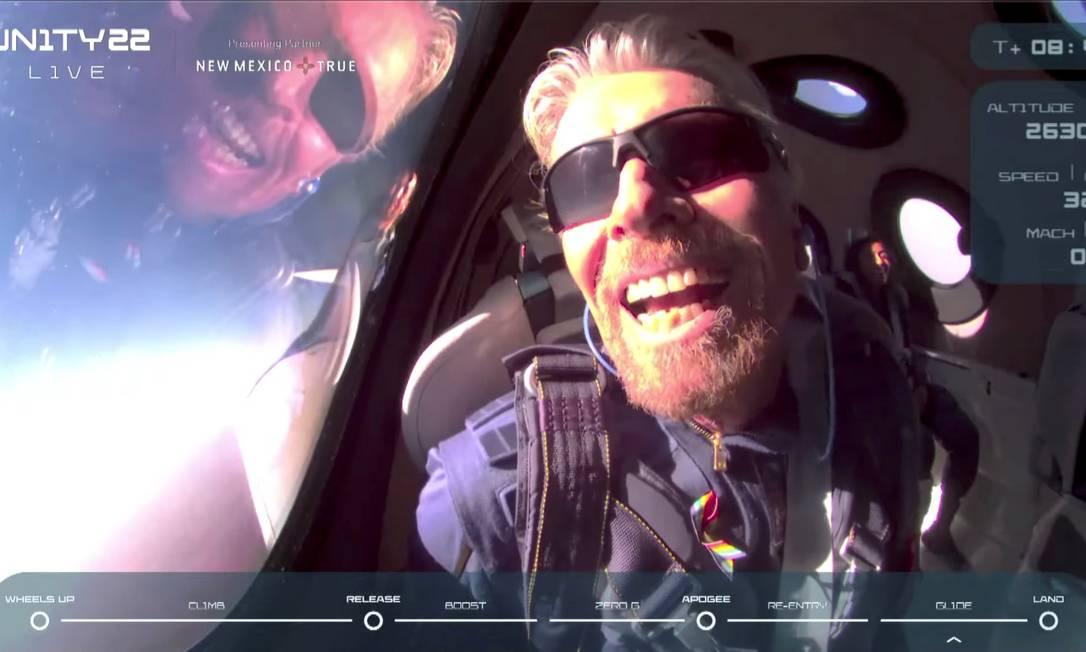 Dentro de la nave espacial, Branson elogió la misión como pionera en esta nueva era de turismo espacial. Foto: Virgin Galactic / vía Reuters