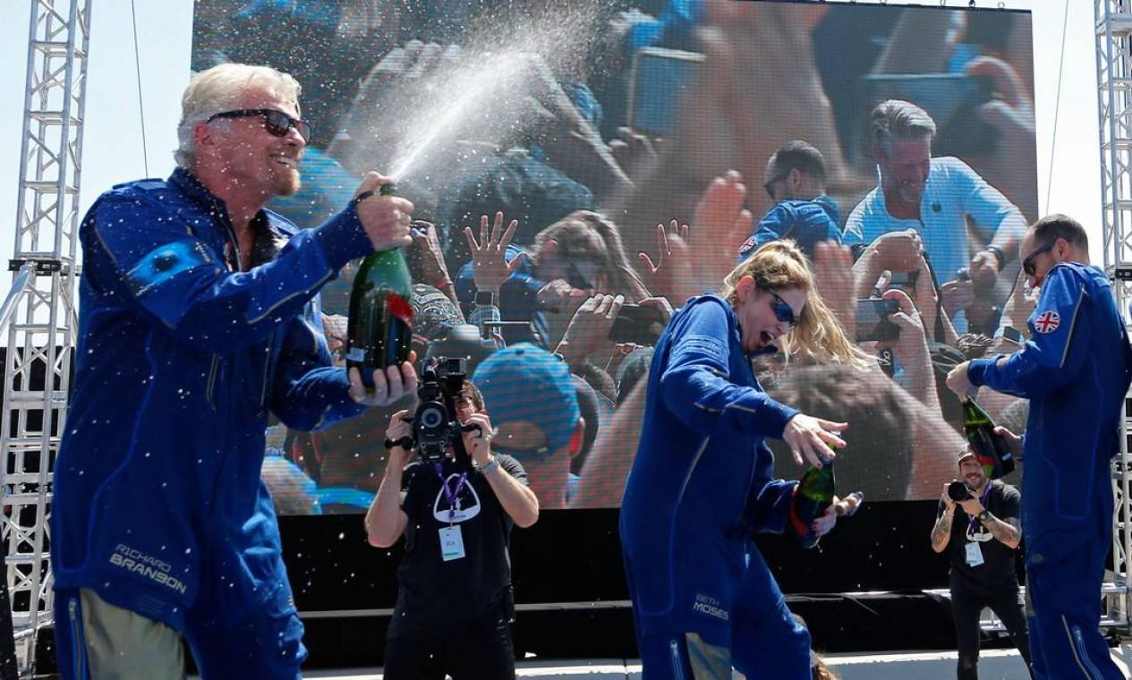 Após aterrisar, Richard Branson e a tripulação comemoraram o sucesso do lançamento Foto: JOE SKIPPER / REUTERS