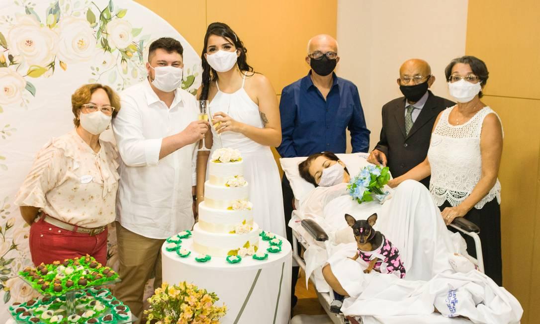 Mirsa acompanhou tudo na maca, com sua cadela Nina Foto: Daniel Resende / Divulgação Instituto Rope