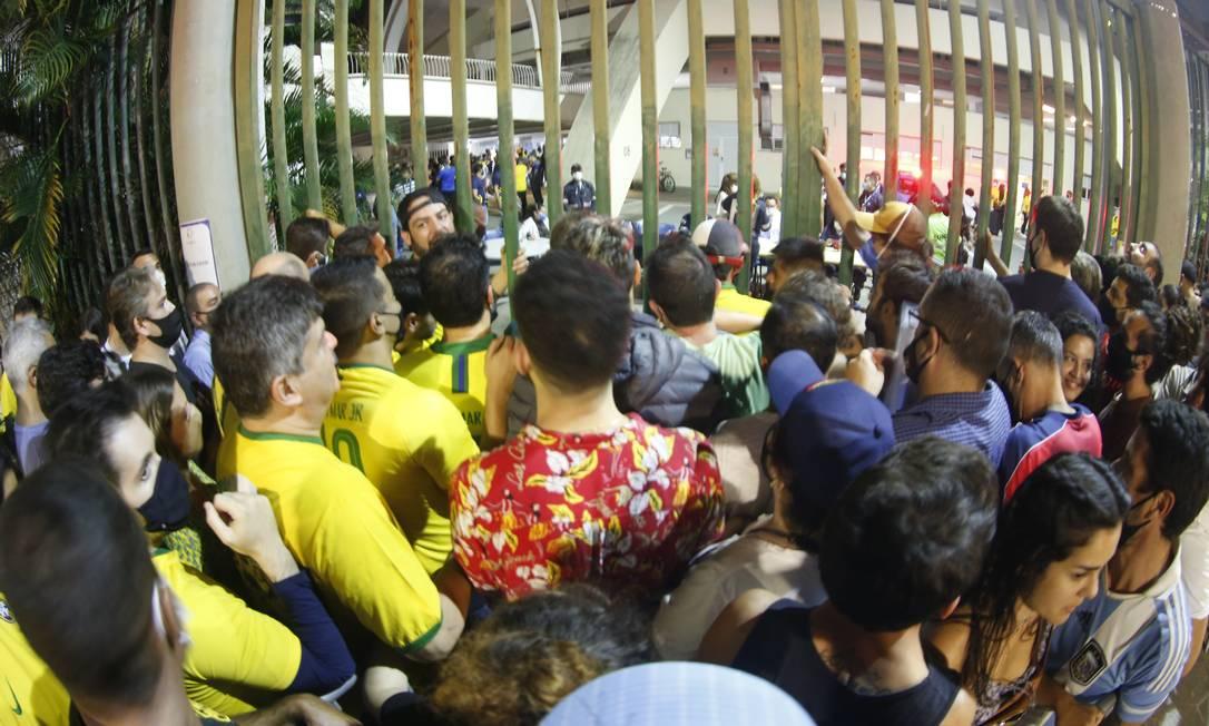 Torcida se aglomerou para entrar no Maracanã na final da Copa América Foto: Roberto Moreyra / Roberto Moreyra