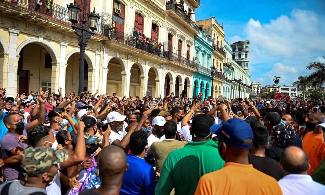 Milhares de manifestantes protestam em Havana contra o governo de Cuba Foto: YAMIL LAGE / AFP